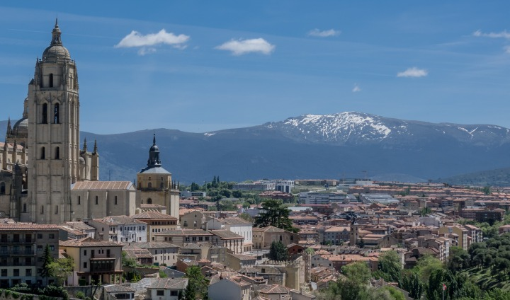 cityscape-of-madrid-with-mountain-landscape-in-background